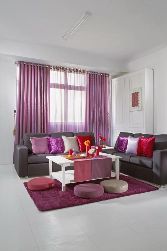 搭配家俱色系,深色窗帘让明亮的客厅锦上添花。(图:隆美提供)