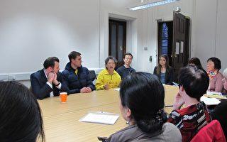 """在整个会议期间,与会的人们都在聆听法轮功学员讲述遭受的迫害和""""法办江泽民""""的信息,他们对残酷的迫害感到震惊。(马丽/大纪元)"""