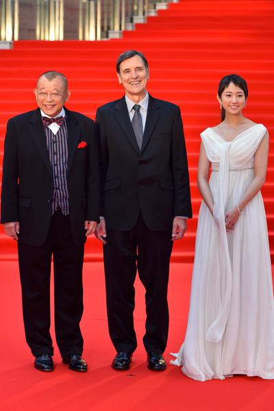 (左起)笑福亭鶴瓶與導演雅克‧克魯佐德(Jacques Cluzaud)及木村文乃。(Ken Ishii/Getty Images)