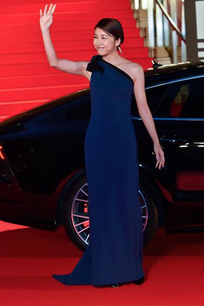 竹內結子以寶藍色斜肩禮服走紅毯。(Ken Ishii/Getty Images)