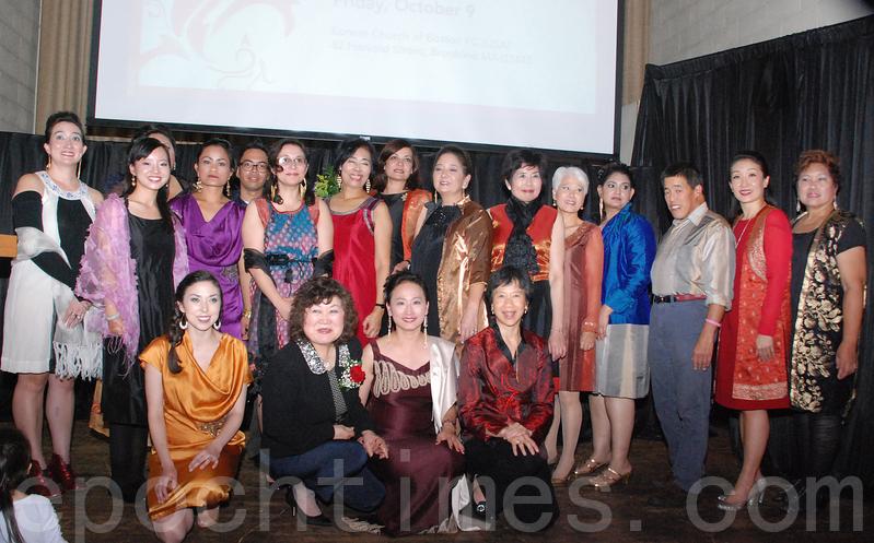 时装秀结束后大合影。(蹲排右二)为AWFH创办人黄千姬。(王尚德/大纪元)