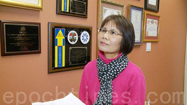 洛縣婦女健康辦公室工作者華裔葉潔玲介紹乳腺癌防治。(楊陽 /大紀元)