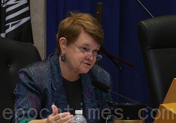 洛杉矶县政委员库尔 (Sheila Kuehl) 提出动议并获得通过,将扩大鼓励警方与检方协助被强迫卖淫孩童。(郑浩/大纪元)