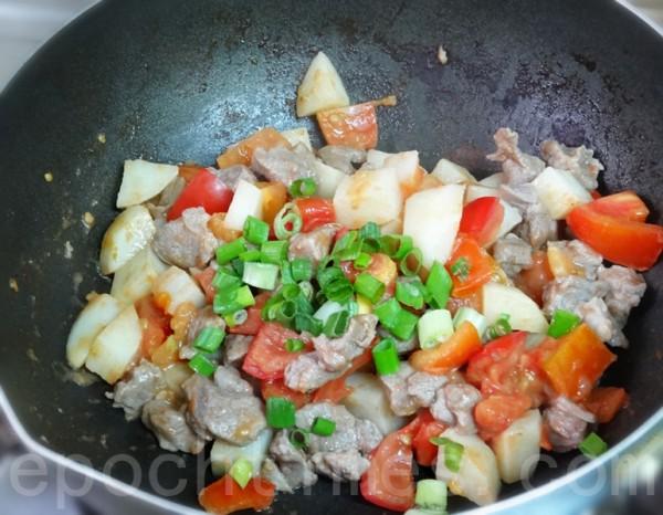 炒香臊子,先爆香花椒后捞掉,续炒羊肉、马铃薯、蕃茄、葱花后盛出。(彩霞/大纪元)