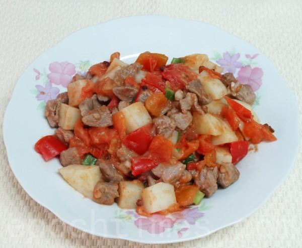 为了吸引食客,传统的扁豆面旗子加入了炒香的美味臊子。(彩霞/大纪元)