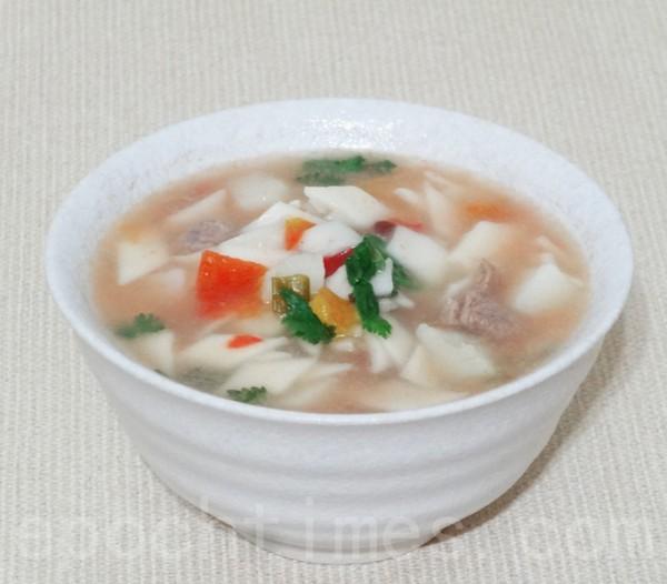 吃后满头大汗,全身暖活的扁豆面旗子是新疆回族的家庭主食。(彩霞/大纪元)