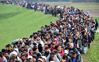 2015年10月23日,斯洛文尼亚RIGONCE,数以千计的移民从克罗地亚之间边界进入斯洛文尼亚,由警察护送,从斯洛文尼亚布雷日采前往难民营,不堪负荷的斯洛文尼亚当局已并向欧盟求援,试图应对二战以来欧洲最大的难民涌入。(Jeff J Mitchell/Getty Images)
