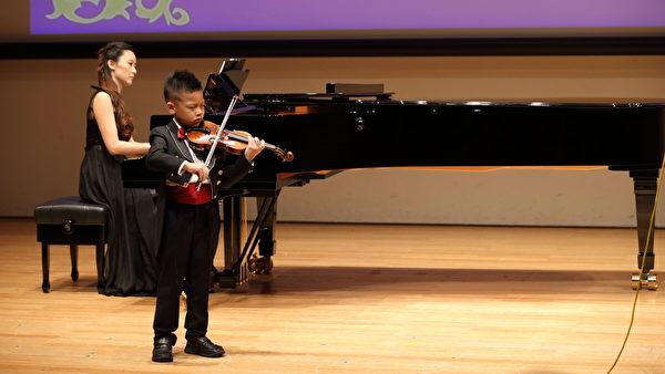 陳姿毓幫兒子張皓鈞伴奏,她說,孩子從觀眾的掌聲中獲取成就感,是練琴的動力。(Ke-Ren/大紀元)
