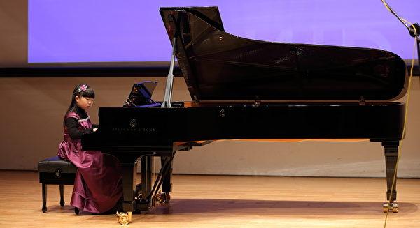 鋼琴國小組第一名呂詠涵,「建議還沒參加比賽的同學,要勇敢來參加比賽,面對舞台。」(Ke-Ren/大紀元)