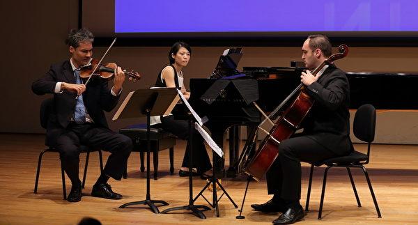 英國小提琴家兼指揮家塞巴斯汀(Sebastian See-Schierenberg)(左)、西班牙大提琴演奏家柯斯塔(Arturo Costa)(右)、台北的鋼琴家謝佼凌(Chiaoling Hsie)(中間)演奏三首曲目:1.西班牙作曲家Turina的日出2.西班牙作曲家De Falla的霍塔3.阿根廷作曲家Piazzolla的布宜諾斯艾利斯之春。