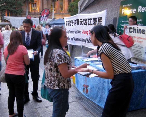 布里斯本的民众签名支持法轮功反迫害。(明慧网)