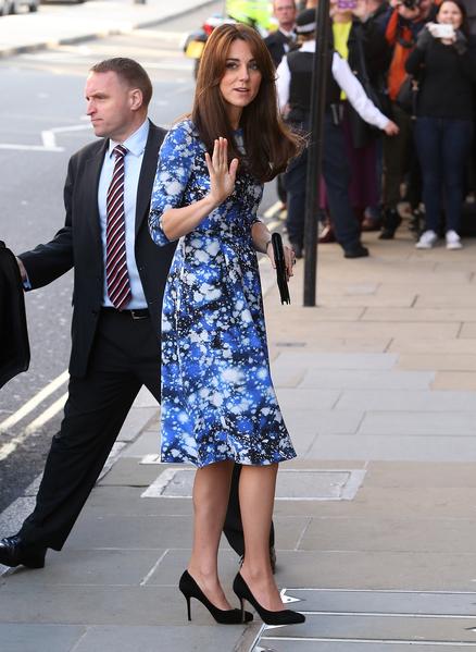 2015年10月26日,凱特王妃一襲藍色星空花色連衫裙,出席《小羊肖恩》首映禮。(Danny E. Martindale/Getty Images)