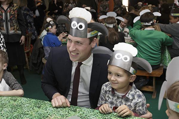 2015年10月26日,《小羊肖恩》主題手工活動中,威廉王子與孩子們合影。(Tim Ireland - WPA Pool/Getty Images)