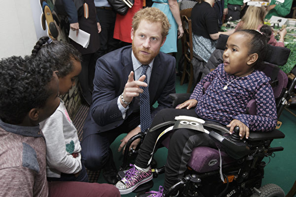2015年10月26日,《小羊肖恩》主題遊樂活動中,哈里王子與孩子們交流。(Tim Ireland - WPA Pool/Getty Images)