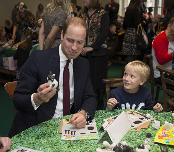 2015年10月26日,威廉王子與孩子們一道參加《小羊肖恩》主題手工活動。(Ian Vogler - WPA Pool/Getty Images)