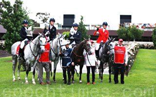 迈雅(Myer)赛场时装大使康诺利(Georgia Connolly)等四位名模手捧奖杯,骑马进入会场启动开幕仪式。(史蒂文/大纪元)