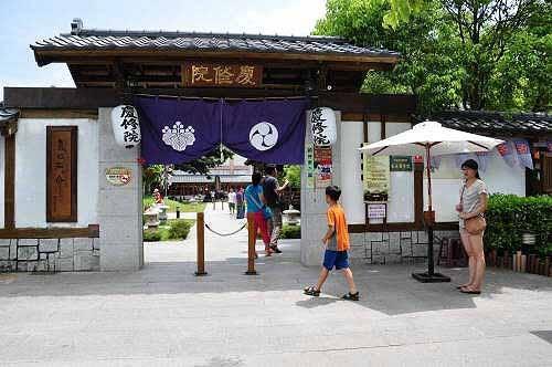 吉安庆修院入口。门票30元,可以折抵院内的消费(购买纪念品或饮食)。(图片提供:tony)
