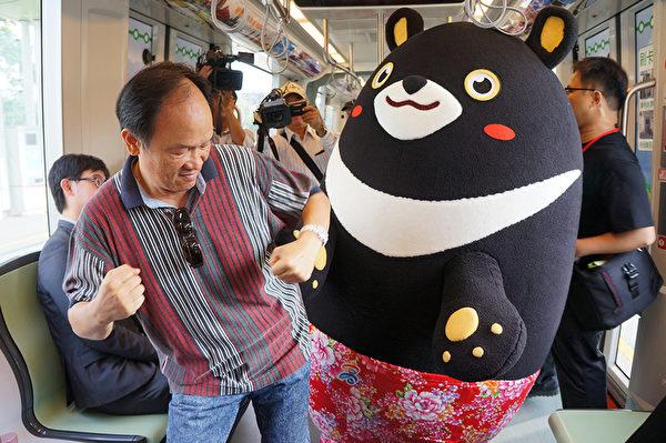 28日高雄熊轻轨一日列车长体验,高雄熊与民众互动热络。(高市府观光局提供)