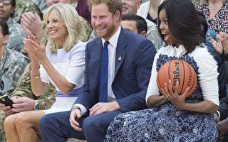 2015年10月28日,英國哈利王子閃電訪問美國,28日在維吉尼亞州貝爾沃堡與美國第一夫人蜜雪兒同為1場輪椅籃球賽充當啦啦隊後,又到華府白宮橢圓形辦公室,拜會美國總統歐巴馬。圖由左到右分別為吉爾·拜登(拜登副總統的妻子)、哈利王子和蜜雪兒。(SAUL LOEB/AFP)