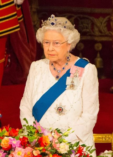 女王配戴镶有钻石和蓝宝石始于1950/60年代的头饰,另外搭配1950年其父王乔治六世送给她的结婚礼物─蓝宝石和钻石项链。女王经常以这样的搭配组合出现在多次公众场合。(Dominic Lipinski/PA Wire/Getty Images)