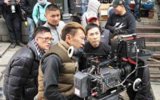 导演叶伟信(左)和甄子丹在拍摄现场。(华映电影提供)