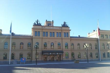 瑞典松兹瓦尔市政厅,真善忍美展在这里举办。(维基百科)