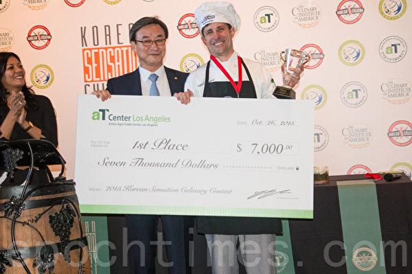 韩国农水产品贸易公司副总裁俞忠植和首奖厨师Stephen Neumann。(李晴照/大纪元)