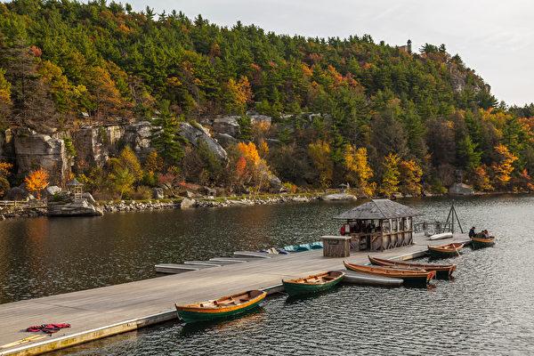 天湖城堡度假庄园秋色——码头。(Mohonk Mountain House提供)