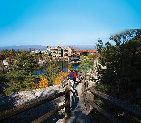 天湖城堡度假庄园秋色。(Mohonk Mountain House提供)