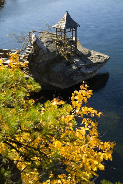 天湖城堡度假庄园秋色——湖边。(Mohonk Mountain House提供)