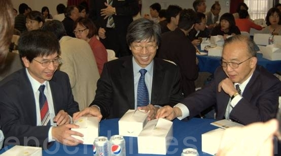 美国杰出华裔钱煦教授和黄馨祥医生(Patrick Soon-Shiong)荣获2016年美国富兰克林大奖。图为钱煦(右)和黄馨祥(中)两人在参加圣地亚哥中华科工会2010举行的台美生物工程研讨会后共进午餐。(杨婕/大纪元)