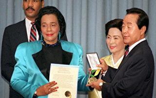 韓國前總統金泳三曾于2011年表示,將會捐出自己價值約50億韓元的全部財產用於公益事業。圖為1995年1月26日在首爾青瓦台總統金泳三(右)接受馬丁路德金非暴力和平獎。(KIM Jae-Hwa/AFP/Getty Images)