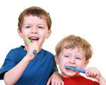 纽约布鲁克林爱心儿童牙科中心郭巧玲医师提醒,从小孩子第一颗牙齿开始,最好一天刷两次牙,早上一次,晚上一次,一次两分钟的时间。(Fotolia)