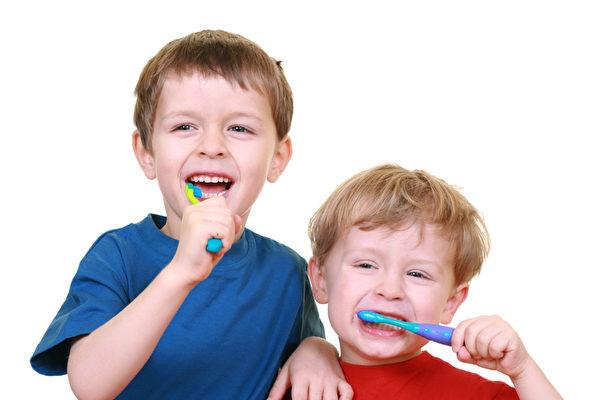 紐約布魯克林愛心兒童牙科中心郭巧玲醫師提醒,從小孩子第一顆牙齒開始,最好一天刷兩次牙,早上一次,晚上一次,一次兩分鐘的時間。(Fotolia)