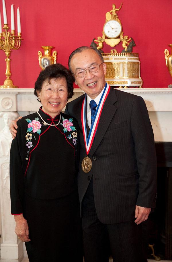 2011年10月,钱煦教授到白宫接受奥巴马总统颁发的国家科学奖章后,与太太胡匡政合影留念。(钱煦提供)