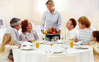 感恩节最重要的活动还是和家人团聚吃烤火鸡大餐。(Fotolia)