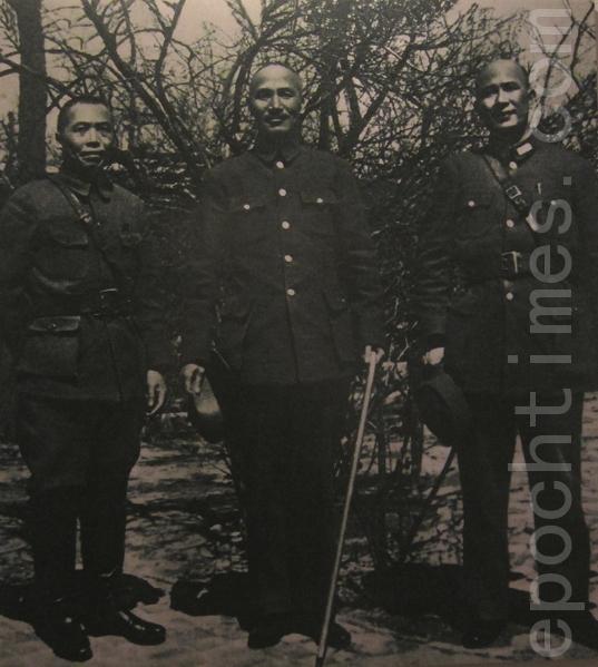 """1938年3月24日""""台儿庄大战""""开战前夕,蒋中正携副参谋白崇禧飞抵徐州,与第五战区司令官李宗仁(左)三人视察陇海前线合影。蒋中正当天离开,却命令白将军留下,协助李宗仁作战。此张相片富有历史意义,三位国军领导人正站在中日战史转捩点的重要一刻。(翻摄:钟元/大纪元)"""
