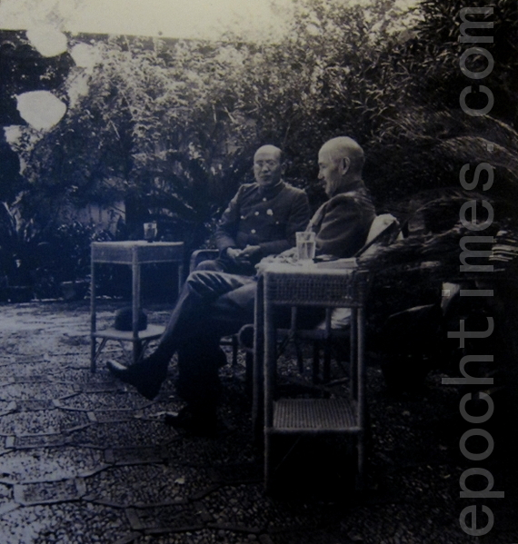 蒋中正(右)与白崇禧(左)密商抗战战略。(翻摄:钟元/大纪元)