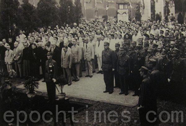 1945年9月9日,南京,冷欣中将代表将日本降书献给中国战区统帅蒋中正,白崇禧将军(前排右侧内三)。八年抗战胜利,事实上中国已经国困民贫,可说是一次惨胜。(翻摄:钟元/大纪元)