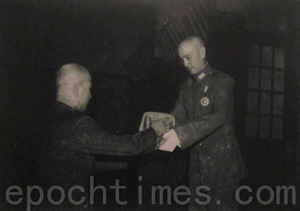 1946年7月1日,国民政府主席蒋中正(右)将正于东北督战之白崇禧(左)调回,颁授白氏国防部长印信。抗战胜利后,白崇禧出任中华民国第一任国防部长。(翻摄:钟元/大纪元)