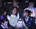 美国总统奥巴马结束任期前可能要先习惯大女儿不在身边的日子。奥巴马的大女儿玛丽亚•奥巴马(Malia Obama)即将在明年秋季就读大学,美国总统夫人米歇尔.奥巴马表示,挑选大学应由高中生自己决定。图为米歇尔(左)和两个女儿2年前在爱尔兰共和国都柏林欢乐剧院(Gaiety Theatre)观看《大河之舞》。(ARTUR WIDAK/AFP)