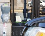 一个由市长加西堤召集的工作小组敦促民选官员重新检视停车罚单的开立,调整停车执法政策。图为圣地亚哥市中心一商店前的停车咪表。(杨婕/大纪元)
