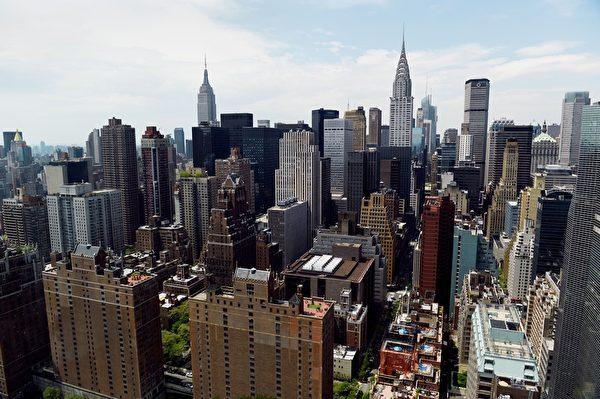 隨著人民幣近期的貶值和經濟增長放緩,越來越多的中國人開始將現金以及國內的房產出售變現,然後投資海外房地產。其中,美國東西海岸是這些中國投資者的最愛。圖為美國紐約曼哈頓。(STAN HONDA/AFP/Getty Images)