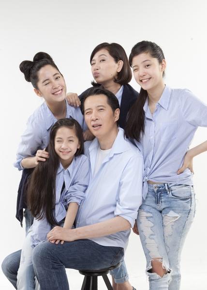 歐陽妮妮(左後一)公開啾咪全家福。(公關提供)