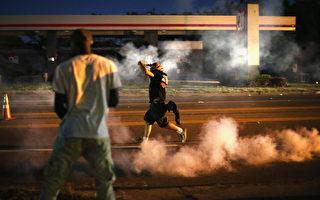 美國CNN 24日報導,根據CNN與凱撒家庭基金會合作的最新民調顯示,49%的受訪者認為現今的美國社會存在很大的種族主義問題。(圖為2014年8月群眾在街頭抗議密蘇里州18歲青年Michael Brown遭員警槍殺的情景。Photo by Scott Olson/Getty Images)
