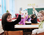 快乐的孩子们与老师在学校课堂(fotolia)
