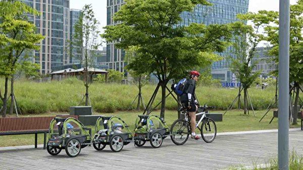 宋一國將自行車跟三個嬰兒車改造連接在一起。(中天提供)