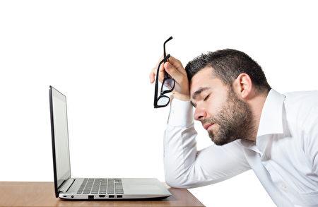 充足的睡眠是健康的保证,失眠或因忙碌而睡眠不足的人,不仅常有黑眼圈,精神和身体方面也会受到影响。(Fotolia)
