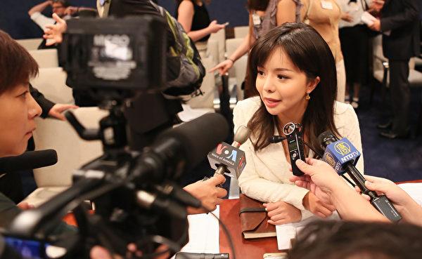 图为加拿大世界小姐林耶凡在美国国会听证后接受媒体采访(李莎/大纪元)