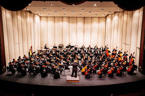 10月31日,神韵交响乐团在美国罗德岛州普罗维登斯市退伍军人纪念礼堂(Veterans Memorial Auditorium)圆满完成了2015年北美巡演的最后一场,指挥及演员数度谢幕。(爱德华/大纪元)